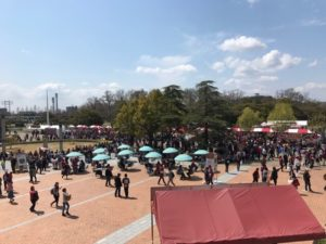 晴れの日のスタジアム前広場
