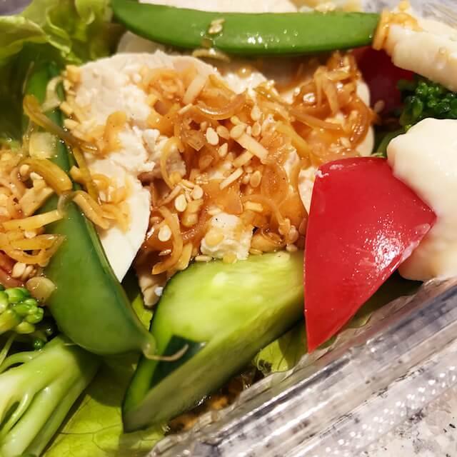 今日はヘルシーにサラダを、「広東風白切鶏(パイチエジー)」