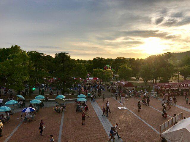 18時45分頃(キックオフ15分前)のスタジアム前広場