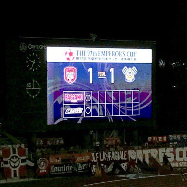 1人目はお互いに決めて1-1。ちょうどPK戦が行われるゴール裏にあたるオーロラビジョンの下には、岡山サポーターの大旗がずらり。