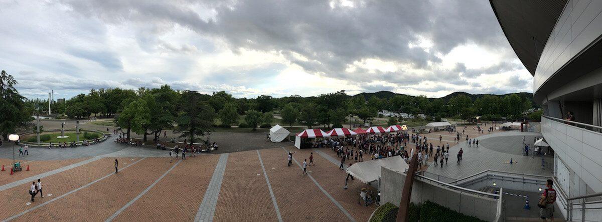 スタジアム前広場。普段のグッズショップ付近にファジフーズ屋台が並ぶ