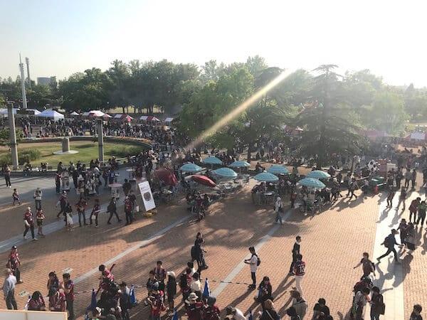 スタジアム前広場の賑わい